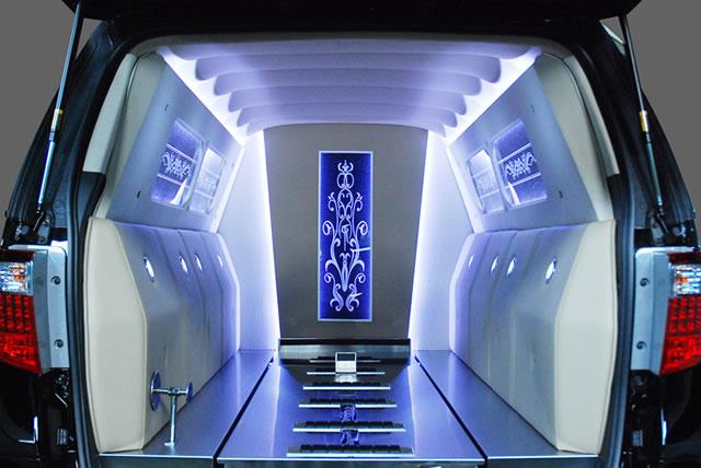幻想的な棺室内